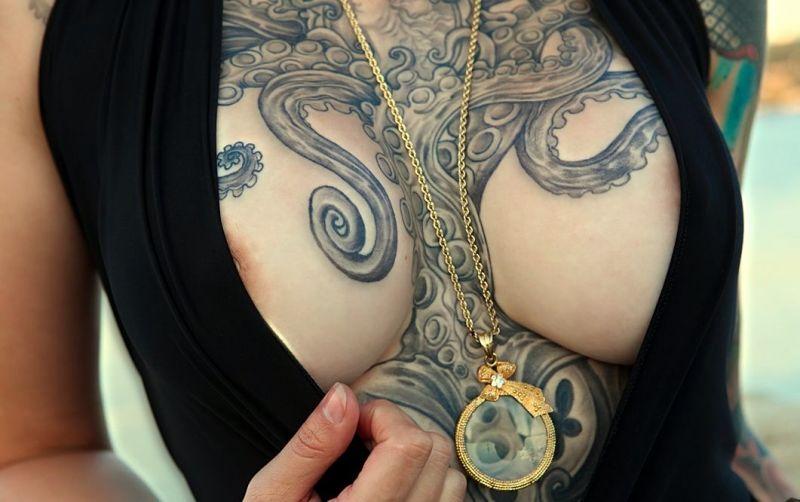 Ośmiornica Tatuaż Między Piersiami