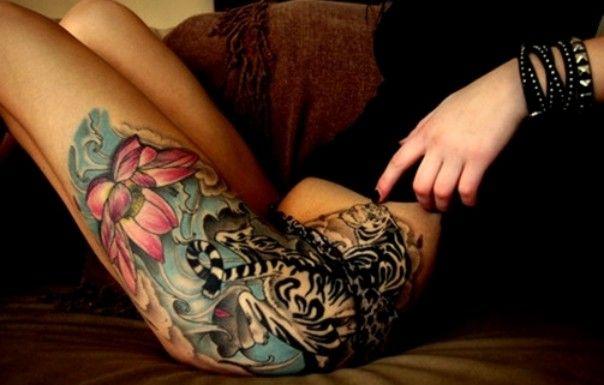 kwiaty i tygrys tatuaże na biodrze