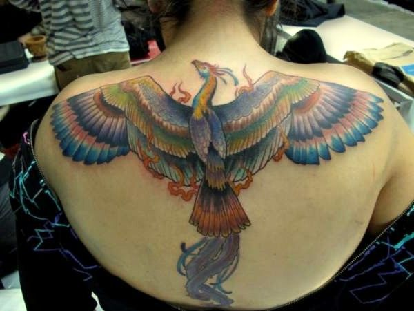 feniks tatuaż na plecach