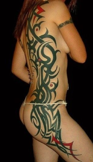 tribale tatuaże na żebrach