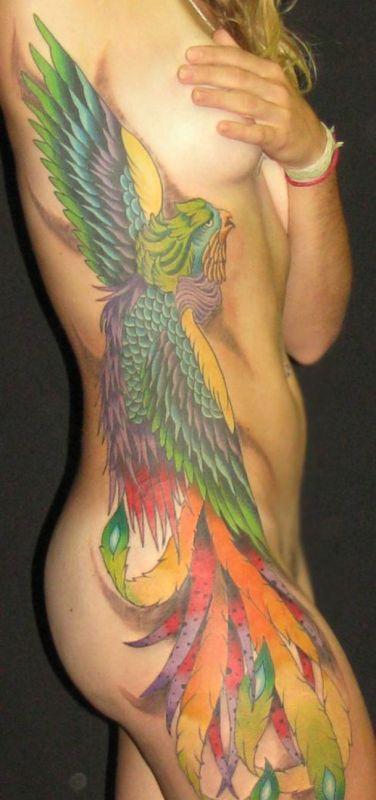 feniks tatuaż na ciele kobiety