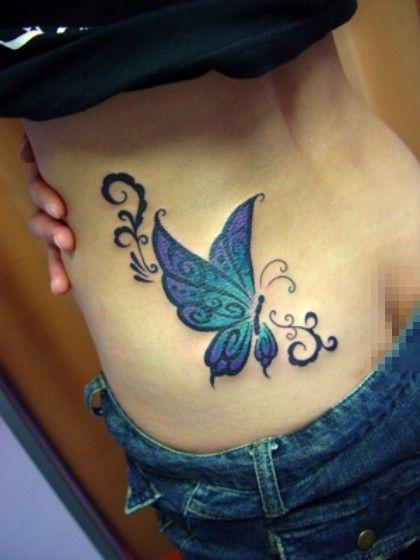 niebieski motyl tatuaż na plecach