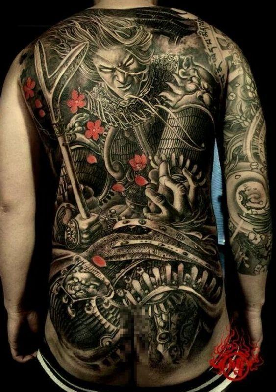 niesamowity tatuaż na plecach
