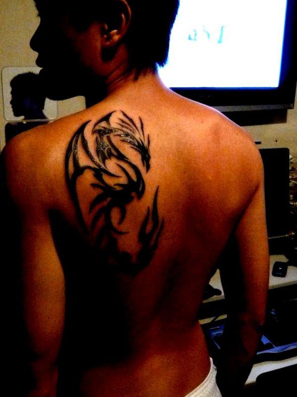 tatuaż ze smokiem na plecach