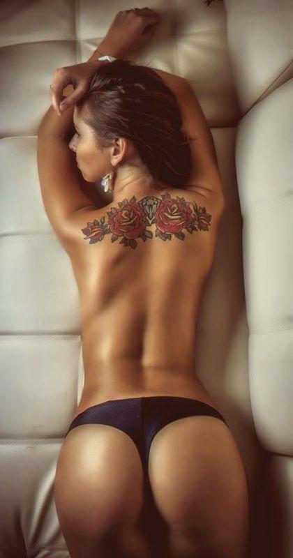 tatuaże róże na plecach dla kobiet