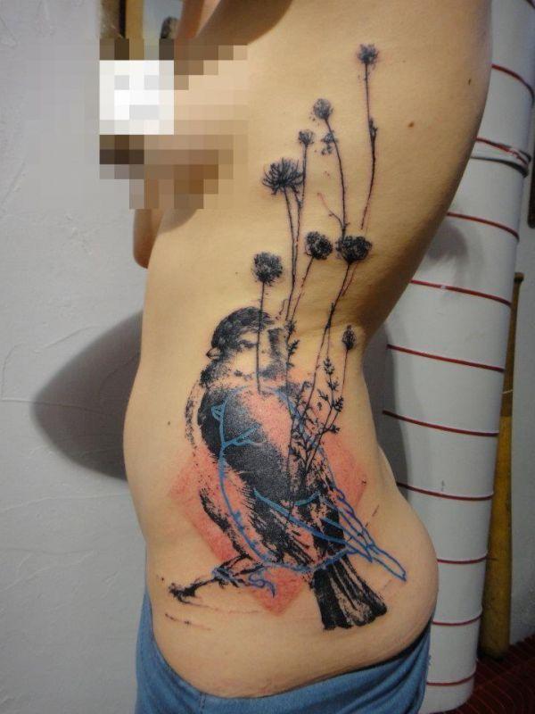 ptak tatuaż na żebrach