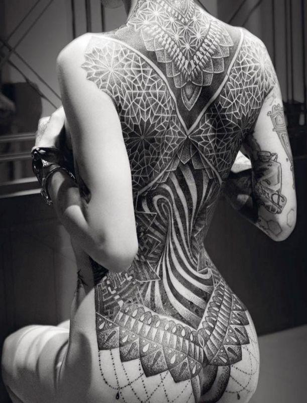 tatuaż na całych plecach