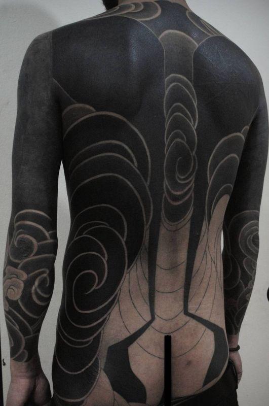 tatuaże czarne na plecach