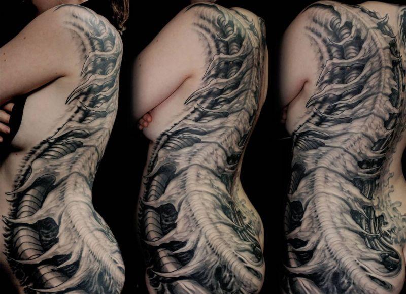 biomchaniczne tatuaże na żebrach