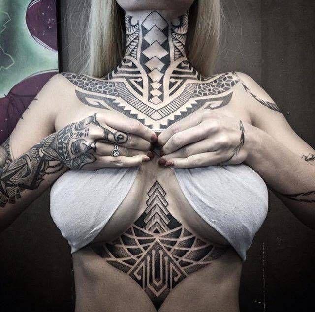 tatuaże maoryskie na klatce piersiowej