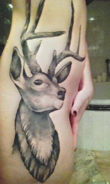 tatuaż jeleń na biodrze