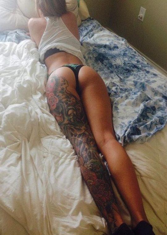 duży tatuaż na nodze kobiety