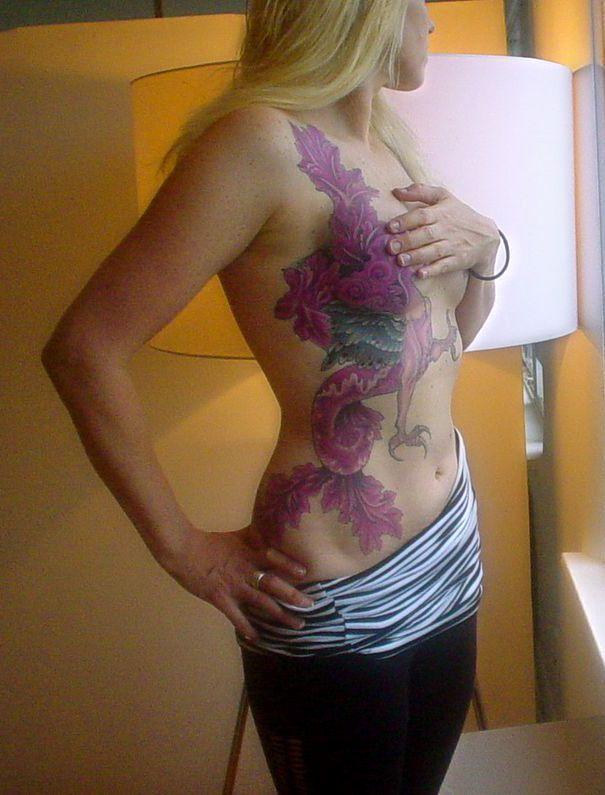 smok tatuaż na brzuchu dla kobiety
