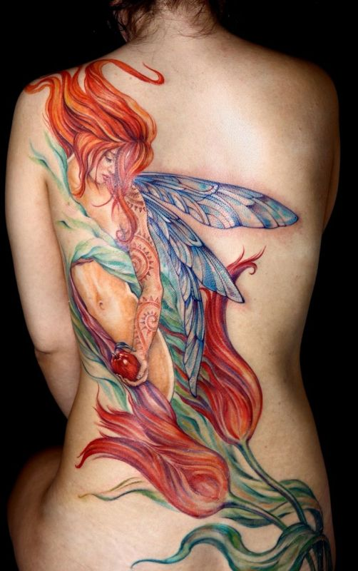 Duży tatuaż z kobietą na plecach