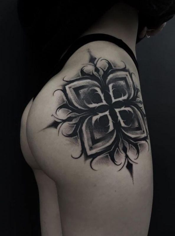 tatuaż na bidrze dla kobiety