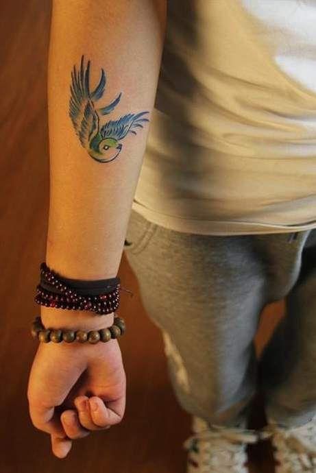 jaskółka tatuaż na przedramieniu