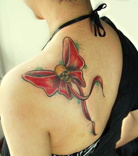 kokardka i czaszka tatuaże na plecach