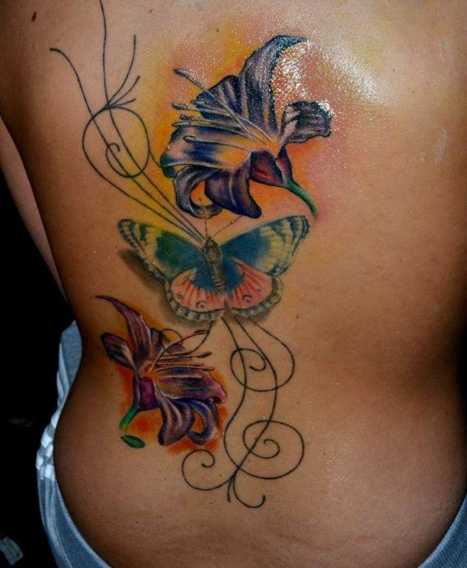 kwiaty i motyl tatuaże