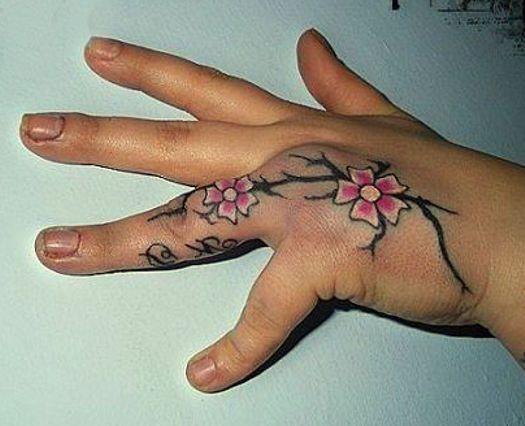 kwiaty na dłoni tatuaże