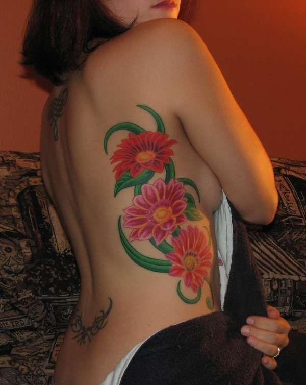 kwiaty tatuaże na żebrach
