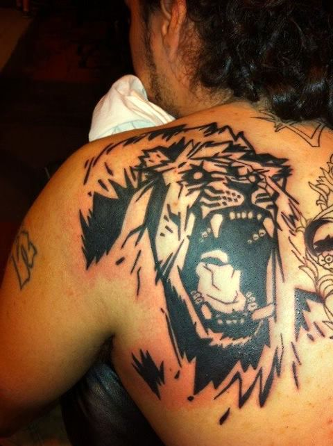 lew tatuaż na plecach