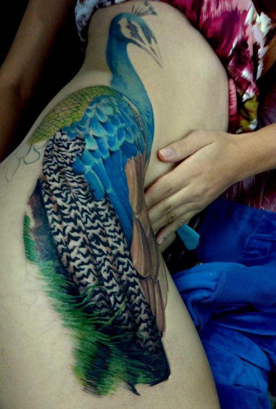 paw tatuaż na biodrze kobiety