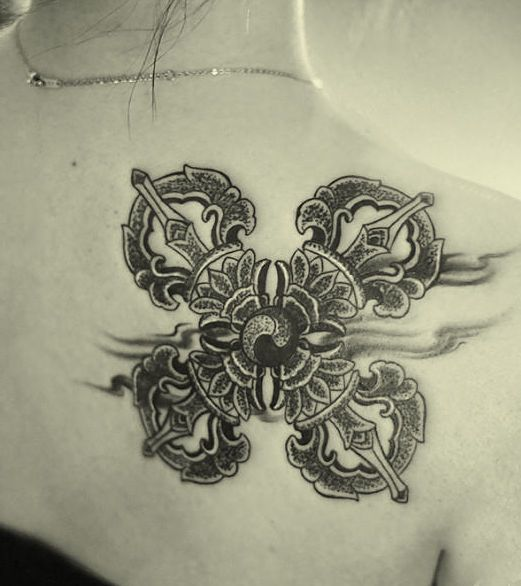 tatuaż na lopatce