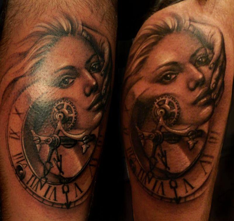 tatuaż zegar i twarz kobiety