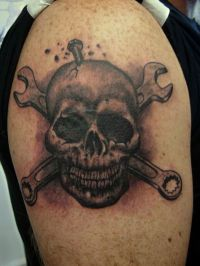 czaszka tatuaż na ramieniu