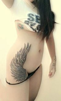 skrzydło tatuaż na biodrze