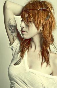 tatuaż gniazdo u kobiety