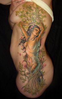 kobieta drzewo tatuaże na żebrach