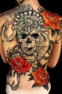 czaszka i kwiaty tatuaże