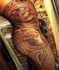 maori tatuaż na biodrze