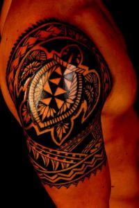tatuaże tribale i żółw