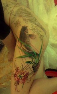 ryba tatuaż na udzie