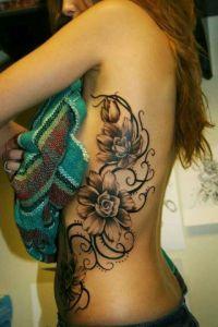 kwiaty na żebrach tatuażkobiety