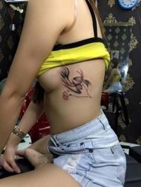 tatuaże na żebra dla kobiet