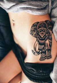 słoń tatuaż na biodrze