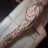 tatuaże na biodrach i nogach