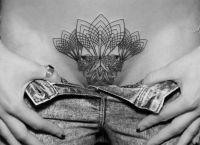 tatuaże na łonie kobiecym