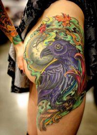 kruk tatuaże na biodrach