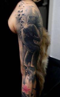kobieta na tatuażu