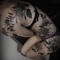 tatuaże kwiaty na ciele kobiety