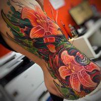 lilie tatuaże na żebrach i biodrach