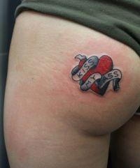 tatuaże na pośladkach z napisami