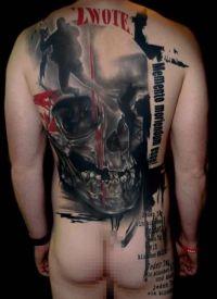 duża czaszka na plecach