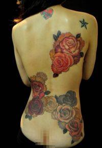 róże kolorowe tatuaże na plecach
