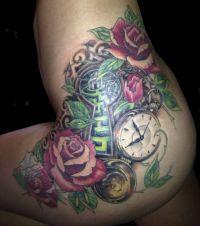 róże i zegarek tatuaże na biodrze