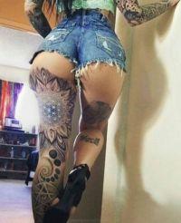 kwiaty tatuaże na nodze